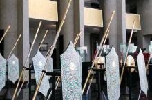 文莱皇室仪饰展览馆也叫苏丹纪念馆太华丽了,这些是黄金打造的幡伞、盾牌等组成的方阵,还有龙撵。