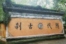 国清寺,世界佛教天台宗的发源地,日本和韩国的的佛教主流宗派就是天台宗,他们经常来华朝拜。从隋朝至今,