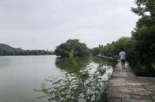 我们在附近住了一个晚上、第一天逛了三分之一的湘湖、第二天登了越王城山遗迹、回到酒店都是汗流浃背。建议