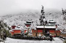 大雪中的紫霄宫,白雪映照着红墙,更凸现了独特的魅力。