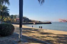 鼓浪屿在游客不多的时候真的是一个宝藏小岛,冬天有太阳的时候,在沙滩边上安安静静的晒晒太阳,带小朋友玩