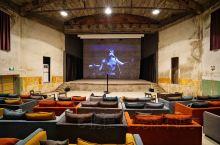 庙子湖岛上有座建于上世纪六七十年代的电影院,据说原来已经废弃了二十多年,电影《后会无期》中记录了它原