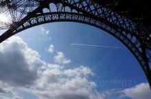 铁塔上才能看清整个巴黎的城市格局,在底下马路上就像是迷宫,每个街道的房子一个颜色,一个样子,对于我一