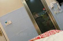 亮点特色:非常喜欢这个床,床太舒服了!洗澡水不是一般的大,房间装修独特,很有创意!酒店100米外有一
