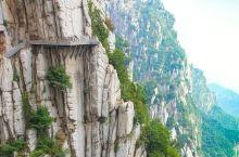 嵩山少室山:山势陡峭峻拔,有三十六峰。诸峰簇拥起伏,如旌旗环围,似剑戟罗列,颇为壮观。
