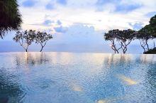 宝格丽度假村,建在金巴兰的悬崖边上,全球第二家。无边泳池,无敌的海景,酒吧的下午茶(沙爹虾、春卷、葡