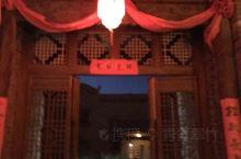 丹霞口旅游度假小镇,位于张掖丹霞地质公园大约五分钟车程地方。从丹霞地质公园出来,太阳已落山,度假小镇