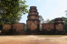 豆蔻寺建于921年,19世纪由法国人重建。主塔壁上的浮雕,描绘印度神话中毗湿奴骑大鹏金翅鸟(Garu