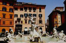 位于罗马城历史中心区的''纳沃纳广场'',修建于15世纪末,号称罗马最具魅力的巴洛克风格广场。广场轮