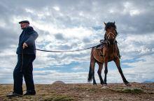 新疆喀拉峻大草原库克苏大峡谷里的哈萨克牧马人…