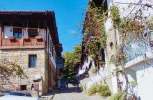 特尔诺沃曾是保加利亚的首都、小城依山而建。城堡则高居在山上,鼎盛的时候,有几百间房屋和十几座教堂、古