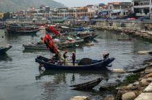 马宫港里忙碌的人们,织网,修船,一副岁月静好的模样。蓝天,白云,海浪,涛声,还有沙滩上的小螃蟹,