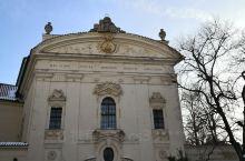 斯特拉霍夫修道院建筑群精美的建筑,在雪后的晴空午后,别有一番匠心韵味。特别是冬日的枯树树影婆娑,给神