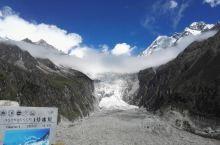 海螺沟1号冰川是我国至今发现的最高最大冰瀑布 ,其大冰瀑布高1080米,宽1100米,晶莹的冰川从高