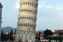 意大利比萨斜塔是一组古罗马建筑群中的钟楼,位于意大利中部比萨古城内的教堂广场上。这座堪称世界建筑史奇