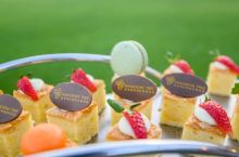 在亚龙湾红树林酒店比较推荐的还有草坪自助餐,品种很丰富,生蚝、大虾、螃蟹、牛排都有,甜品的种类特别多