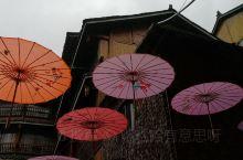 古色古香的瓦屋,精致的彩伞,相得益彰。
