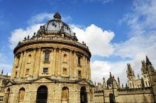 博德莱安图书馆,是一座大型拱券圆顶建筑,是牛津的标志性建筑,画面中出现这座圆形图书馆,就知道是在牛津