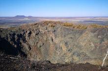老黑山是典型的北方山峰,植被特征十分明显,这还是一座著名的火山,火山地貌很有看点。此外,老黑山还是整