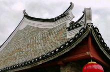 广西富川县也有旧城楼,修复得挺好的,下面就是热闹的街。