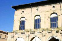 博洛尼亚最独特的是城市中心的庞大的柱廊体系,几乎全城主要干道都有柱廊,人们完全不用担心日晒雨淋。因为