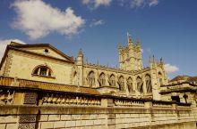 公元60年左右,罗马人因巴斯的温泉资源,侵占了巴斯小城并在此修建了神庙和浴池。罗马浴场位于小城中心,