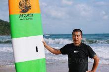 万宁的海岸线很美,有两片沙滩区域,第一个是冲浪区日月湾,号称是全亚洲最好的冲浪地,国家专业冲浪基地也