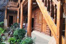 大落水村又称大洛水村,是泸沽湖的重要旅游目的地,来这里的游客都会在这里入住客栈,主要的商业街上都是饭
