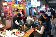 一个韓国釜山著名之夜市,数条小街都擺滿各式傳统美食之摊档,形形式式,各式各樣,食物種類林羅滿眼,在这