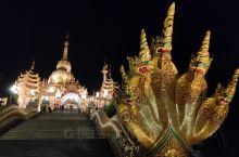 夜晚的大金塔,灯光为其额外披上了一件璀璨夺目的金色外衣,在夜空下尤为神圣。大金塔周围风景优美、安静祥