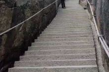 """""""路上没有人比我大"""" 百步天梯上健步如飞"""