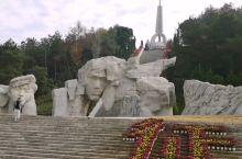 在广西兴安红军长征突破湘江烈士纪念碑园,有一个大型烈士群雕,群雕后面的山上是纪念塔。