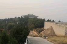 陵山由于葬有汉中山靖王刘胜及其妻而得名陵山。位于保定市西部满城县城西南1.5公里处的陵山汉墓,占地1