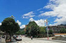 盘王广场路口。这里气候宜人,在正午的太阳走路,也不感觉到难受。县城很小,一来一回两条路,人和车都不多
