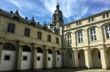 法国波尔多的议会广场是一座非常古老的广场,整座广场的地面都是用一块一块300多年前的小石砖铺就而成,