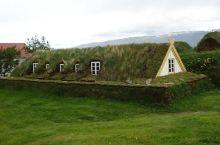 冰岛草皮屋是9世纪时居住在北方的老百姓建造的人字形房屋。由于在寒冷的气候环境下,草甸比木材更容易寻觅