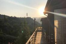 酒店非常大 据说坐落好几个山头 房间都是错落在不同山腰上 风景不错 空气清新 云顶的餐厅 view也