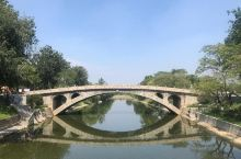 赵州桥(别名安济桥、大石桥),坐落在河北省赵县的洨河上,横跨在37米多宽的河面上,桥体全部用石料建成
