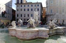 罗马假日,永恒的经典。漫步罗马街头,穿梭在大街小巷,方形石块铺就的马路,述说着几千年的历史。罗马不是