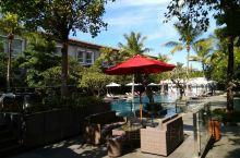 巴厘岛阳光灿烂,酒店也都很豪华。离机场最近也最棒的一个地方就是这个希尔顿花园酒店,很喜欢漏天游泳池,