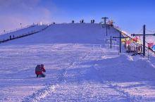 每年必去的滑雪场 适合全家人玩 有高有低还有小朋友可以玩的小游乐场 大人小孩都很开心 冬天去这玩一次