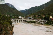 从德格往昌都会经过甘孜县岗托镇,这是一个在群山环绕之中的小镇,有金沙江伴随,地势非常复杂,车行G31