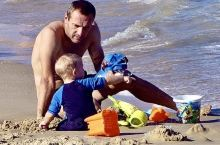 特拉维夫沙滩上的奶爸