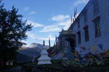 寺院位于四姑娘山景区长坪沟入口处,属于藏传佛教格鲁派,规模不大,寺内环境整洁,香火很旺,这里视野开阔