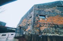 临安博物馆造型及其艺术气息,大量融合了临安本地乡土砖瓦夯土特色。     黑色黄色的土坯砖墙组成。规
