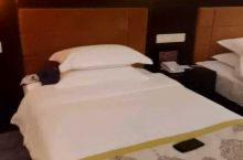 酒店设施很陈旧,环境差,而且12点前退房,太不合理!