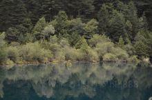 """镜海,海拔2390m,无风的日子,水平如镜,显示出""""鱼在天上游,鸟在水底飞""""的奇幻景象!"""