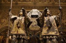 塞维利亚大教堂,门口排长队,不过还算好。里面没有中文导览,我们就根据LP上的说明参观,看到著名的四王