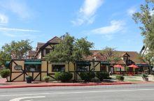 Solvang位于美国加州圣塔巴巴拉县,从旧金山到洛杉矶途经此地,距旧金山300多公里,距洛杉矶15