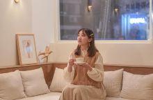 韩国探店温馨咖啡屋 一个能够安静看书工作的好地方,这是一家很温馨的咖啡屋,店里很干净。主要是服务员小